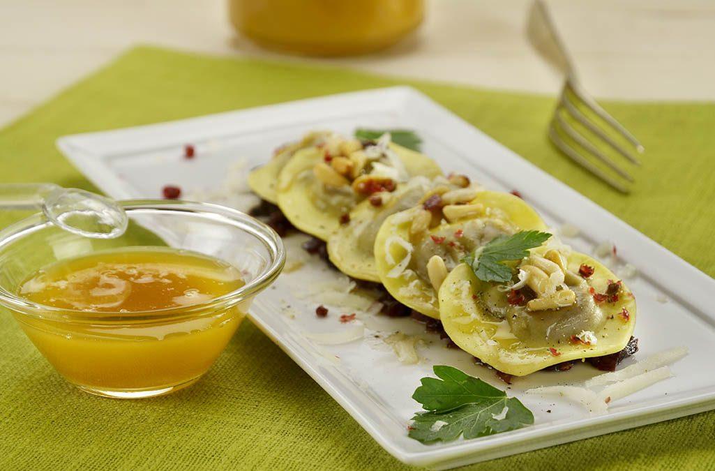 Ravioli con ripieno di radicchio e scamorza al miele millefiori e pinoli