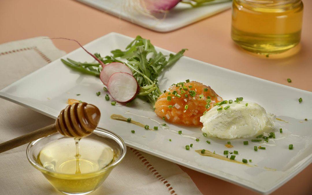 Tartare di salmone al miele di acacia e ricotta su letto di rucola, con vinaigrette al miele