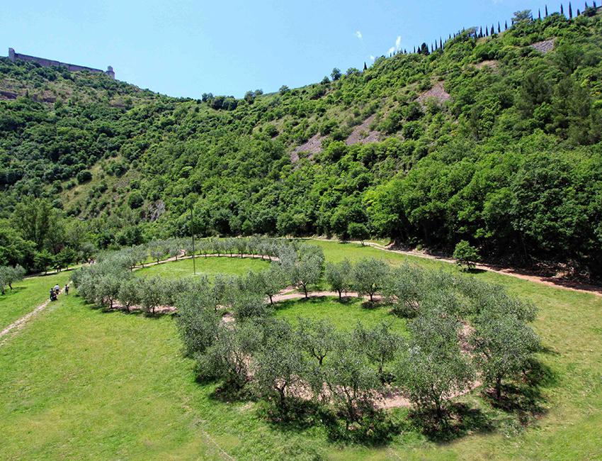 """Opera di Land Art """"Terzo Paradiso"""" di Michelangelo Pistoletto, realizzata dal FAI all'interno del Bosco di San Francesco, Assisi - Foto Paolo Barcucci"""