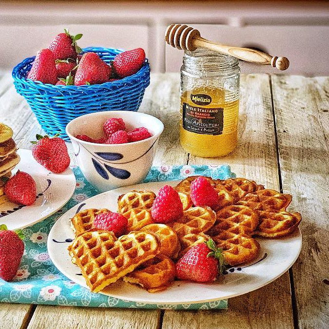 Waffle dolci e salati con miele di acacia e polline