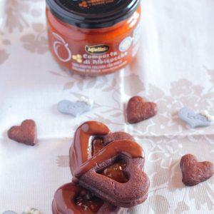 Biscotti sacher con composta di albicocche dolcificata al miele