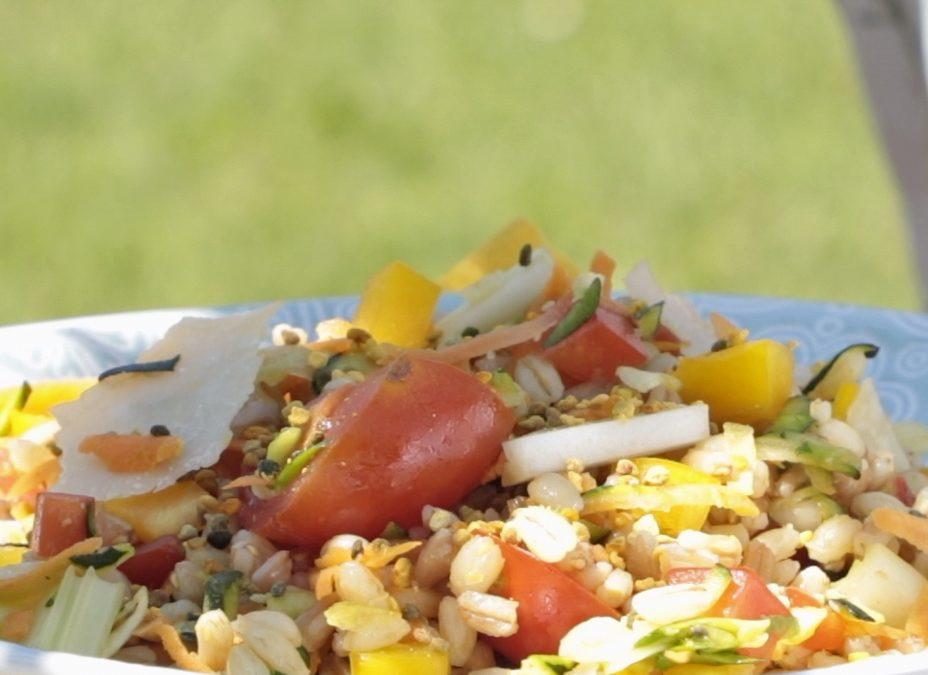 Insalata mista di cereali con crudità di verdure, parmigiano e polline