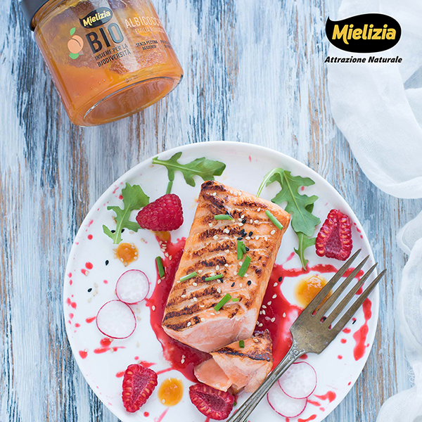 Tataki di salmone con salsa ai frutti rossi e composta di albicocche