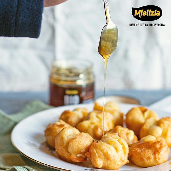Frittelle ripiene di crema con miele di bosco